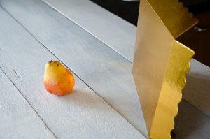 Imagen de un reflector dorado casero de cartón que sirve para rebotar la luz y rellenar las sombras en la fotografía de alimentos