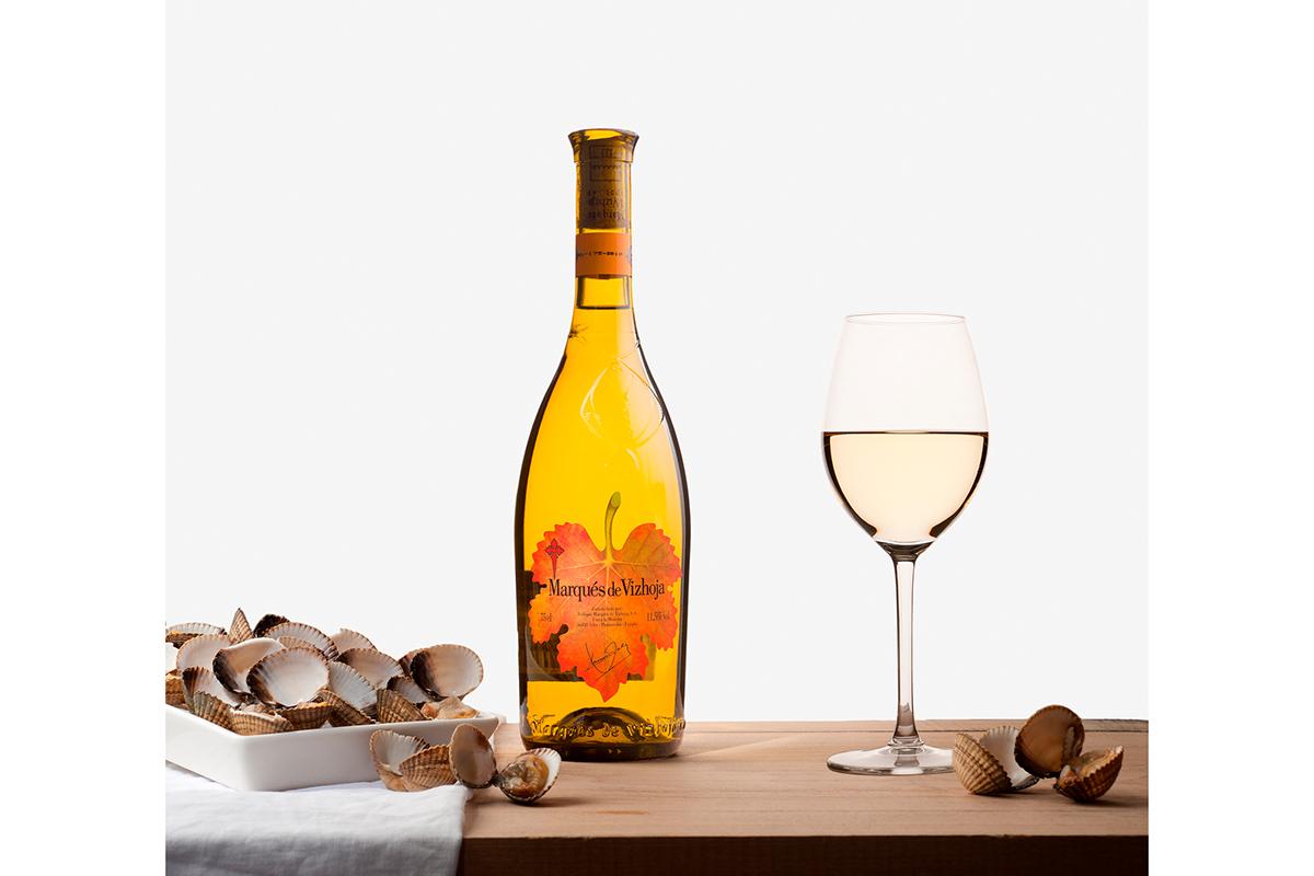 Fotografía de bodegón de una botella de vino y mariscos por Niri Rodríguez Fotografía de producto en Pontevedra